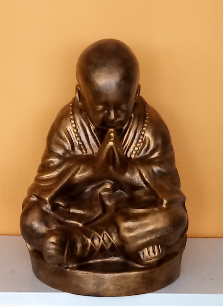 Buddha-kinai-meditalo-szerzetes-rez