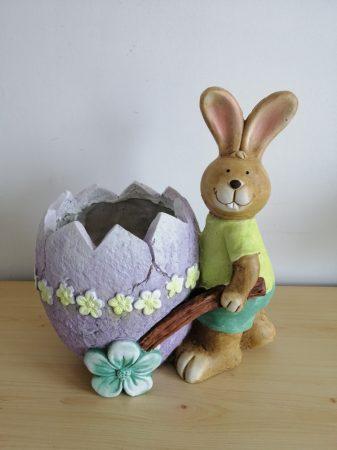 Nyúl- 28cm-tojás talicskával-virágtartó-fiú