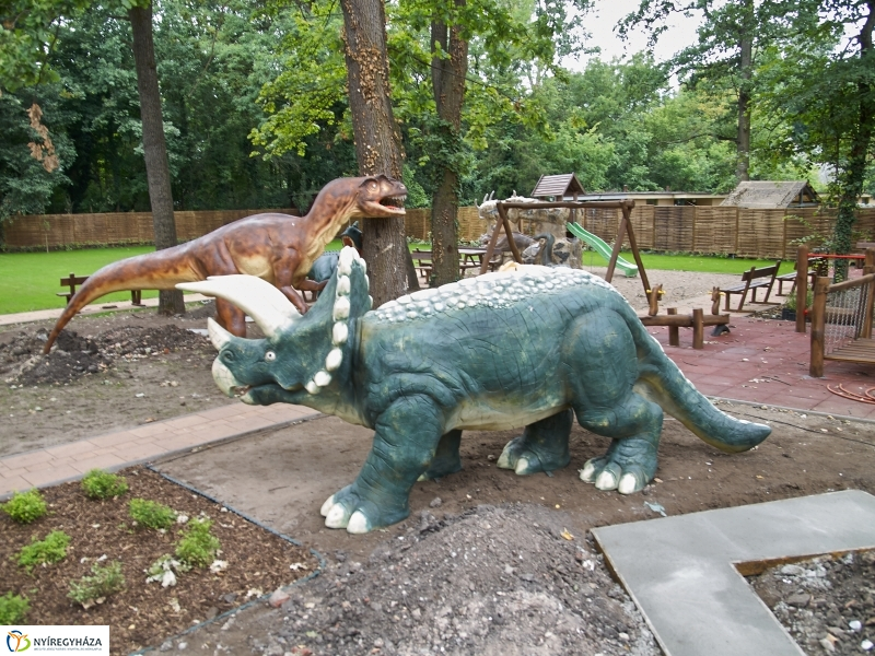 Belső udva 3.-Helyére kerülnek a dinók